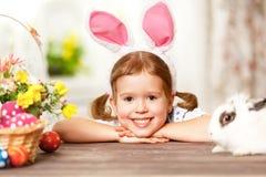 Szczęśliwy Easter! szczęśliwa śmieszna dziecko dziewczyna bawić się z królikiem Zdjęcie Stock
