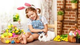Szczęśliwy Easter! szczęśliwa śmieszna dziecko dziewczyna bawić się z królikiem Obrazy Stock