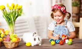 Szczęśliwy Easter! szczęśliwa dziewczynka maluje jajka dla wakacje Zdjęcia Stock