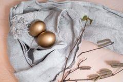 Szcz??liwy Easter wakacji jajeczny ustawiaj?cy tradycyjni jajka maluj?cy w z?otym kolorze z wiosn? kwitnie wierzb ga??zki odizolo obrazy stock