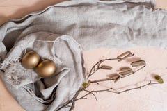 Szcz??liwy Easter wakacji jajeczny ustawiaj?cy tradycyjni jajka maluj?cy w z?otym kolorze z wiosn? kwitnie wierzb ga??zki odizolo zdjęcia royalty free