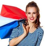 Szczęśliwy elegancki kobieta kupujący z torba na zakupy na bielu Obrazy Stock