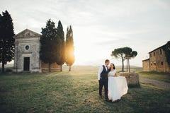 Szczęśliwy elegancki uśmiechnięty pary odprowadzenie i całowanie w Tuscany, Ita obrazy stock