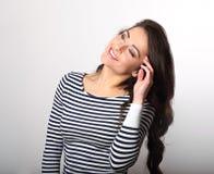 Szczęśliwy emocjonalny kobiety główkowanie i patrzeć w obdzierającym przypadkowym cl Zdjęcia Royalty Free
