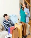 Szczęśliwy facet i dziewczyna z zakupami Zdjęcia Stock