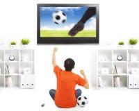 Szczęśliwy fan dopatrywania mecz piłkarski i podnosić ręki Obrazy Stock