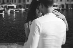 Szczęśliwy fornal i panna młoda w bielu ubieramy przytulenia morza tło Fotografia Royalty Free