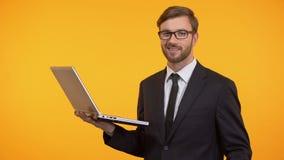 Szczęśliwy freelancer mienia laptop mruga wiązkę dolary i pokazuje, sukces zbiory wideo