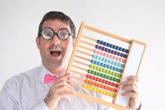 Szczęśliwy geeky mężczyzna księgowego cyrklowanie z drewnianym numerator aba Zdjęcie Royalty Free