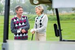 Szczęśliwy grać w golfa pary śmiać się Zdjęcia Royalty Free