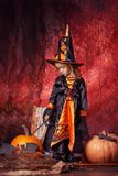 Szczęśliwy Halloween! piękna mała dziewczynka w czarownica kostiumu z mag Fotografia Royalty Free