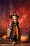 Szczęśliwy Halloween! piękna mała dziewczynka w czarownica kostiumu z mag Zdjęcie Royalty Free