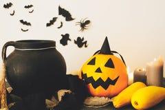 Szczęśliwy Halloween pojęcie czarownica kocioł, Jack o lampionu bania zdjęcie stock