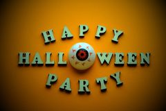Szczęśliwy Halloween przyjęcie Elegancka inskrypcja od drewnianych listów i oczu zamiast listu O na jaskrawym żółtym telefonie Te zdjęcia stock