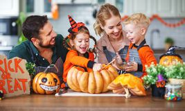 Szczęśliwy Halloween! rodziny matki dzieci i ojciec ciiemy bani f obrazy royalty free
