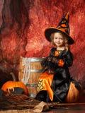 Szczęśliwy Halloween! Rozochocona mała dziewczynka w czarownica kostiumu obsiadaniu Obraz Stock