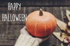 Szczęśliwy Halloween teksta znak, kartka z pozdrowieniami spadku wizerunek ręka w sw Fotografia Stock