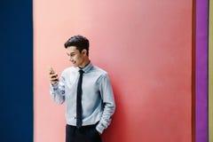 Szczęśliwy i życzliwy młody atrakcyjny biznesmena use Mądrze phon zdjęcia stock