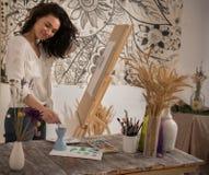Szczęśliwy i beatifull żeński artysta rysuje obrazek przy studiiem Obrazy Royalty Free