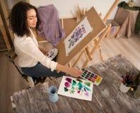 Szczęśliwy i beatifull żeński artysta rysuje obrazek przy studiiem Obraz Royalty Free