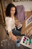 Szczęśliwy i beatifull żeński artysta rysuje obrazek przy studiiem Fotografia Royalty Free