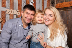 Szczęśliwy i zabawa rodzinny świętuje nowy rok Fotografia Stock