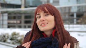 Szczęśliwy imbirowy kobieta turysta w Miasto Nowy Jork, Manhattan Dziewczyna podróżnik patrzeje kamery radosny i szczęśliwy ono u zbiory