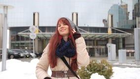 Szczęśliwy imbirowy kobieta turysta w Miasto Nowy Jork, Manhattan Dziewczyna podróżnik patrzeje kamery radosny i szczęśliwy ono u zdjęcie wideo