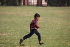 Szczęśliwy Indiański dziecko bieg w trawie Zdjęcia Royalty Free