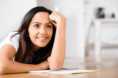 Szczęśliwy Indiański kobieta ucznia edukaci writing studiowanie Obrazy Royalty Free