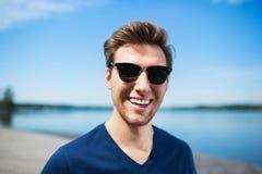 szczęśliwy jeziorny mężczyzna Zdjęcia Royalty Free