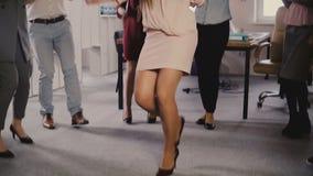 Szczęśliwy Kaukaski żeński kierownictwo robi śmiesznemu zwycięstwo tanu Mieszani biegowi koledzy świętują biznesowego sukces wpól zdjęcie wideo