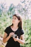 Szczęśliwy Kaukaski dziewczyny młodej kobiety fotograf Bierze obrazkom Starą Retro rocznika filmu kamerę Fotografia Royalty Free