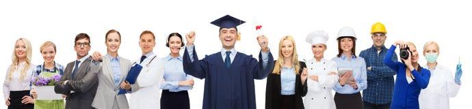Szczęśliwy kawaler z dyplomem nad profesjonalistami obraz royalty free
