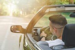 Szczęśliwy kierowca w jego odwracalnej samochodowej cieszy się wycieczce samochodowej zdjęcia royalty free