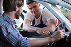 Szczęśliwy klient po samochód naprawy obraz royalty free