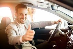 Szczęśliwy klient właśnie kupował samochód zdjęcie royalty free