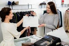 Szczęśliwy klient w mody sala wystawowej zdjęcie stock