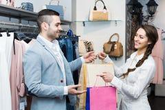 Szczęśliwy klient z sklepowym asystentem obrazy stock