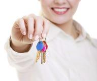 Szczęśliwy kobieta agenta nieruchomości mienie ustawiający klucze nowy dom Zdjęcie Stock