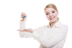 Szczęśliwy kobieta agenta nieruchomości mienie ustawiający klucze nowy dom Zdjęcia Stock