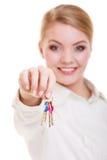 Szczęśliwy kobieta agenta nieruchomości mienie ustawiający klucze nowy dom Zdjęcia Royalty Free