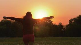 Szczęśliwy kobieta bieg Przez The Field W kierunku zmierzchu Na lato wieczór zdjęcie wideo