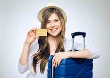 Szczęśliwy kobieta podróżnik trzyma kredytową kartę zdjęcia stock