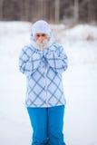 Szczęśliwy kobieta portret z nagrzanie marznąć rękami w zimie Fotografia Royalty Free