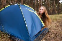 Szczęśliwy kobieta relaksu namiotu pojęcie Fotografia Stock
