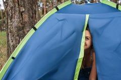 Szczęśliwy kobieta relaksu namiotu pojęcie Obraz Stock
