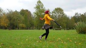 Szczęśliwy kobieta taniec, kręcenie i wokoło, cieszymy się jesieni pojęcie zbiory wideo
