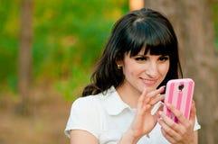 Szczęśliwy kobieta telefonu opowiadać Zdjęcia Stock