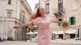Szczęśliwy kobieta turysta śmia się i kłębi na ulicie stary Europejski miasto zbiory